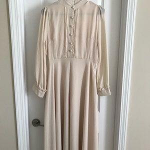 Dresses & Skirts - Flirty cream midi dress